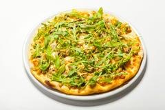 Πίτσα με το μανιτάρι και arugula σε ένα άσπρο υπόβαθρο Στοκ φωτογραφία με δικαίωμα ελεύθερης χρήσης