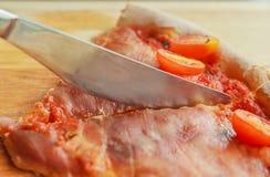 Πίτσα με το μπέϊκον και την ντομάτα Στοκ Φωτογραφίες