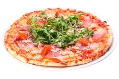 Πίτσα με το μπέϊκον και το arugula. Στοκ Εικόνες