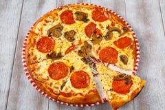 Πίτσα με το λουκάνικο και τα μανιτάρια Στοκ εικόνες με δικαίωμα ελεύθερης χρήσης