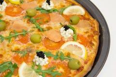 Πίτσα με το σολομό, τις ελιές, το arugula και το λεμόνι Στοκ Εικόνα