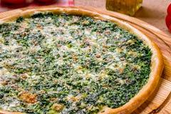 Πίτσα με το σπανάκι και τα καρύδια Στοκ Εικόνες
