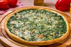 Πίτσα με το σπανάκι και τα καρύδια Στοκ φωτογραφία με δικαίωμα ελεύθερης χρήσης