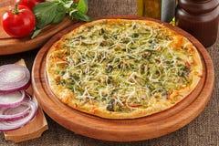 Πίτσα με το σπανάκι στοκ εικόνες