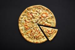 Πίτσα με το τυρί κοτόπουλου και ντομάτα σε ένα μαύρο υπόβαθρο πετρών Στοκ Εικόνες