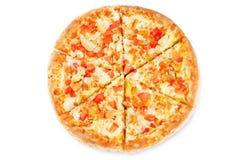 Πίτσα με το τυρί, το κοτόπουλο και τις φρέσκες φέτες ντοματών στοκ εικόνες