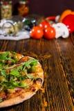 Πίτσα με το arugula και ελιές στον ξύλινο πίνακα και άλλο vegetabl Στοκ φωτογραφίες με δικαίωμα ελεύθερης χρήσης
