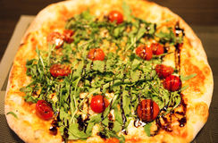 Πίτσα με το arugula και την ντομάτα Στοκ Εικόνα