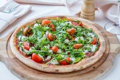 Πίτσα με το arugula και τη μοτσαρέλα Στοκ φωτογραφία με δικαίωμα ελεύθερης χρήσης