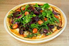 Πίτσα με το arugula, το μίγμα σαλάτας και τις ντομάτες κερασιών Στοκ φωτογραφία με δικαίωμα ελεύθερης χρήσης