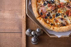 Πίτσα με pepperoni το λουκάνικο, ζαμπόν, ελιά, βασιλικός Στοκ φωτογραφία με δικαίωμα ελεύθερης χρήσης