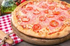 Πίτσα πιτσών με το μπέϊκον και το κεράσι Στοκ εικόνα με δικαίωμα ελεύθερης χρήσης