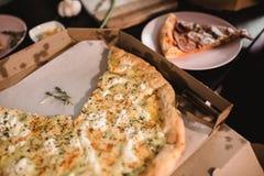 Πίτσα που τίθεται στον ξύλινο πίνακα με τα φωτεινά πιάτα για το κόμμα Σκοτεινή αγροτική τονίζοντας φωτογραφία τροφίμων Τοπ εικόνα Στοκ Φωτογραφία