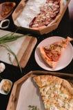 Πίτσα που τίθεται στον ξύλινο πίνακα με τα φωτεινά πιάτα για το κόμμα Σκοτεινή αγροτική τονίζοντας φωτογραφία τροφίμων Τοπ εικόνα Στοκ Εικόνα