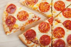 πίτσα που τεμαχίζεται στοκ εικόνα