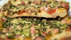 πίτσα που τεμαχίζεται στοκ εικόνες