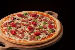 Πίτσα σε έναν ξύλινο δίσκο Στοκ εικόνες με δικαίωμα ελεύθερης χρήσης
