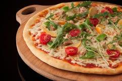 Πίτσα σε έναν ξύλινο δίσκο Στοκ φωτογραφία με δικαίωμα ελεύθερης χρήσης