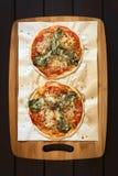Πίτσα σπανακιού και ντοματών Στοκ φωτογραφία με δικαίωμα ελεύθερης χρήσης