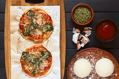 Πίτσα σπανακιού και ντοματών Στοκ φωτογραφίες με δικαίωμα ελεύθερης χρήσης