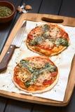 Πίτσα σπανακιού και ντοματών Στοκ Εικόνες