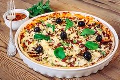 Πίτσα σπιτική με τη σάλτσα στο ξύλινο υπόβαθρο Στοκ Εικόνες