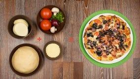 Πίτσα στην πράσινη πετσέτα και τα συστατικά των οποίων είναι τρελλή Στοκ φωτογραφίες με δικαίωμα ελεύθερης χρήσης