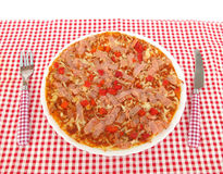 Πίτσα στον πίνακα με το πλήρες πλαίσιο δικράνων και μαχαιριών Στοκ φωτογραφία με δικαίωμα ελεύθερης χρήσης