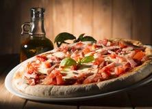 Πίτσα στον πίνακα Στοκ Φωτογραφίες