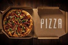 Πίτσα στο μέσα κιβώτιο παράδοσης στοκ φωτογραφίες