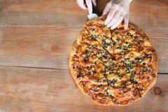 πίτσα στο ξύλινο υπόβαθρο στοκ φωτογραφία με δικαίωμα ελεύθερης χρήσης
