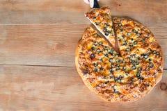 πίτσα στο ξύλινο υπόβαθρο στοκ εικόνα με δικαίωμα ελεύθερης χρήσης