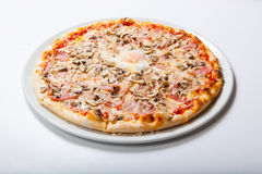 Πίτσα της Ιταλίας με τα μανιτάρια ζαμπόν λέκιθου αυγών σε ένα άσπρο υπόβαθρο Στοκ Φωτογραφία