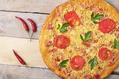 Πίτσα της Μαργαρίτα με το τυρί και τις ντομάτες στον ξύλινο πίνακα, τοπ άποψη και θέση για το κείμενο στοκ φωτογραφία με δικαίωμα ελεύθερης χρήσης