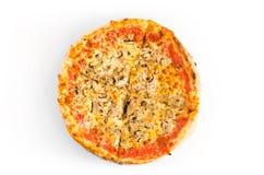 Πίτσα το κέτσαπ, το ζαμπόν, τα μανιτάρια και το λειωμένο τυρί που απομονώνονται με στο λευκό Στοκ φωτογραφίες με δικαίωμα ελεύθερης χρήσης