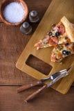 Πίτσα φετών με pepperoni το λουκάνικο, ζαμπόν, ελιά, βασιλικός Στοκ Εικόνες