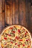 Πίτσα ψημένων στη σχάρα κολοκυθιών και κόκκινων πιπεριών Στοκ Εικόνες