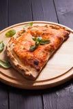 Πίτσα Calzone Στοκ εικόνα με δικαίωμα ελεύθερης χρήσης