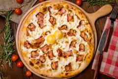 Πίτσα Carbonara με το μπέϊκον Στοκ Φωτογραφίες