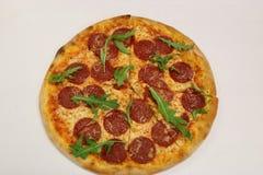 Πίτσα Rucola Pepperoni πίτσα με το rucola Φρέσκια πίτσα rucola που απομονώνεται Στοκ φωτογραφία με δικαίωμα ελεύθερης χρήσης