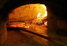 πίτσες ψησίματος Στοκ εικόνα με δικαίωμα ελεύθερης χρήσης