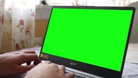 Πίτσμπουργκ, PA - 1 Μαΐου 2019 - τύποι ατόμων σε ένα πράσινο lap-top Acer οθόνης απόθεμα βίντεο