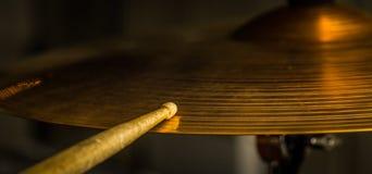 παίζει ένα ραβδί τυμπάνων στο γεια-καπέλο ή το κύμβαλο γύρου Στοκ φωτογραφία με δικαίωμα ελεύθερης χρήσης