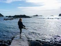 Νέα γυναίκα στην παραλία Παίζει με το νερό στοκ φωτογραφία με δικαίωμα ελεύθερης χρήσης