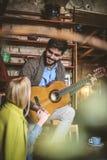 Παίζει την κιθάρα μόνο για με στοκ φωτογραφία με δικαίωμα ελεύθερης χρήσης