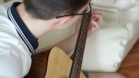 Παίζοντας άποψη κιθάρων από την κορυφή απόθεμα βίντεο