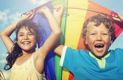 Παίζοντας έννοια ικτίνων μικρών κοριτσιών και μικρών παιδιών μαζί στοκ φωτογραφία με δικαίωμα ελεύθερης χρήσης