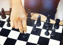 Παίζοντας έννοια παιχνιδιών σκακιού κίνησης γυναικών Στοκ Εικόνες