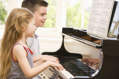 παίζοντας αδελφή πιάνων α&delta Στοκ φωτογραφία με δικαίωμα ελεύθερης χρήσης