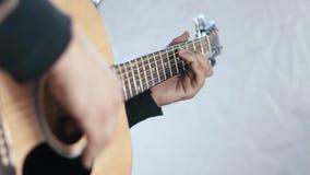 Παίζοντας αλλαγή κιθάρων ατόμων κοντά επάνω της εστίασης από το χέρι στο χέρι απόθεμα βίντεο